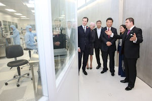President Xi Jinping tours lab with Nancy Rothwell, Kostya Novoselov, Andre Geim